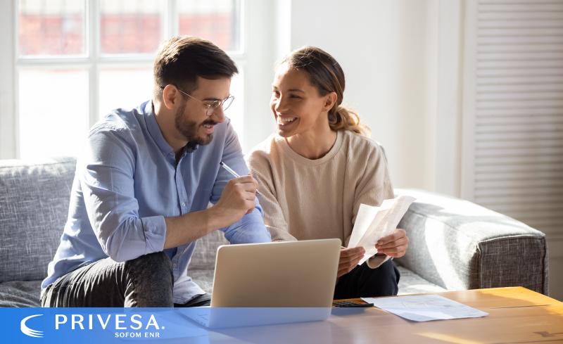 Consolidar tus deudas consiste en acercarse a la institución que te ofrezca las mejores condiciones de pago para cumplir con tus compromisos.
